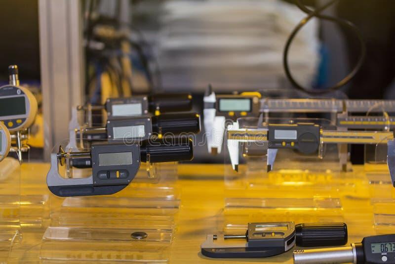 Hög exakthet och modernt av digital mikrometer och många sort av mäta utrustning för mått för industriellt royaltyfri fotografi