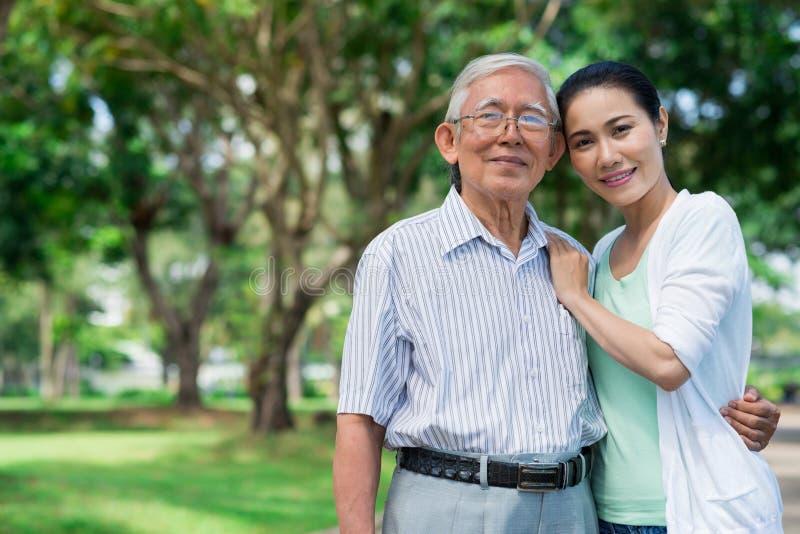 Hög fader och hans dotter royaltyfri foto