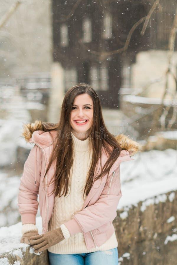 Hög flicka för Caucasian högstadium utanför i snö arkivfoto