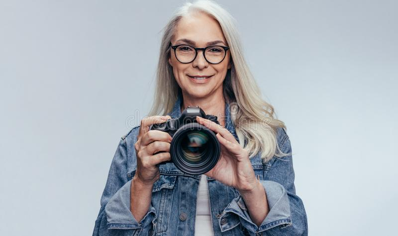 Hög fotograf som har en fotofors royaltyfri foto