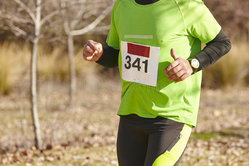 Hög idrotts- löpare på ett lopp för argt land Utomhus- strömkrets arkivfoton