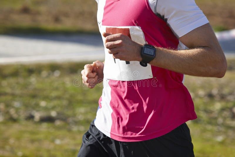 Hög idrotts- löpare på ett lopp Utomhus- strömkrets fotografering för bildbyråer