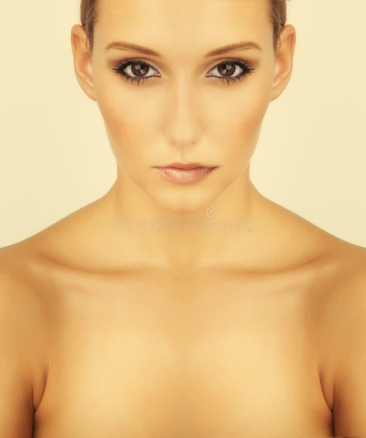 Hög key härlig brunettflickastående royaltyfri fotografi