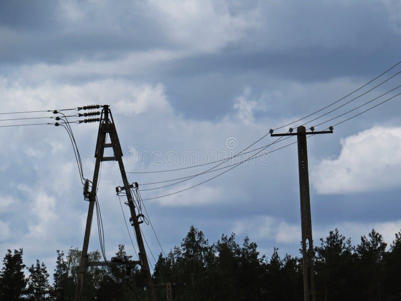 Hög kolonn Pole för transformator för raster för makt för spänningselektricitetsinstallation royaltyfria bilder