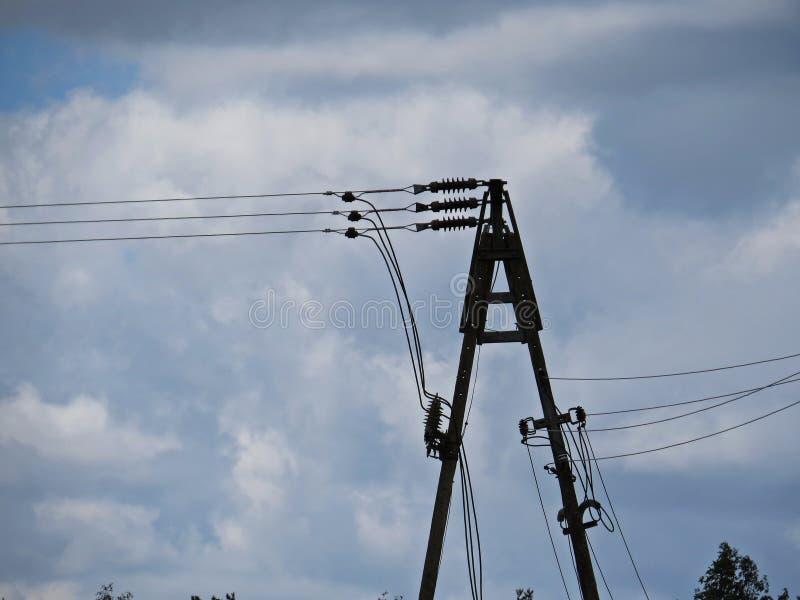 Hög kolonn Pole för transformator för raster för makt för spänningselektricitetsinstallation royaltyfria foton