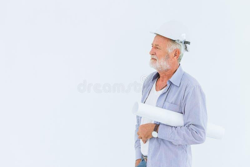 Hög konstruktionstekniker med rullritningen på vit bakgrund arkivfoton