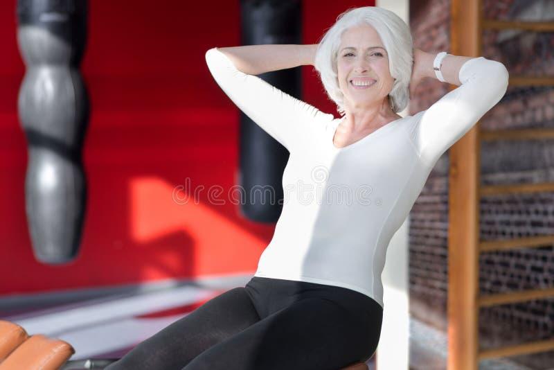 Hög kvinna för charmig passform som utarbetar royaltyfria foton
