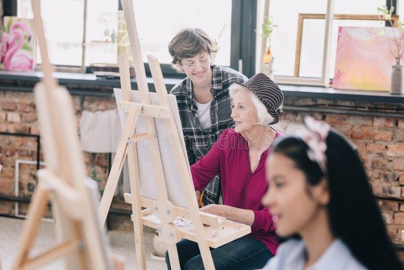 Hög kvinna i Art Class royaltyfri bild
