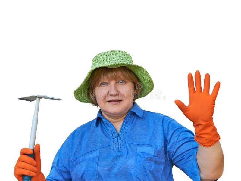 Hög kvinna i handskar med trädgårds- hjälpmedel royaltyfri bild