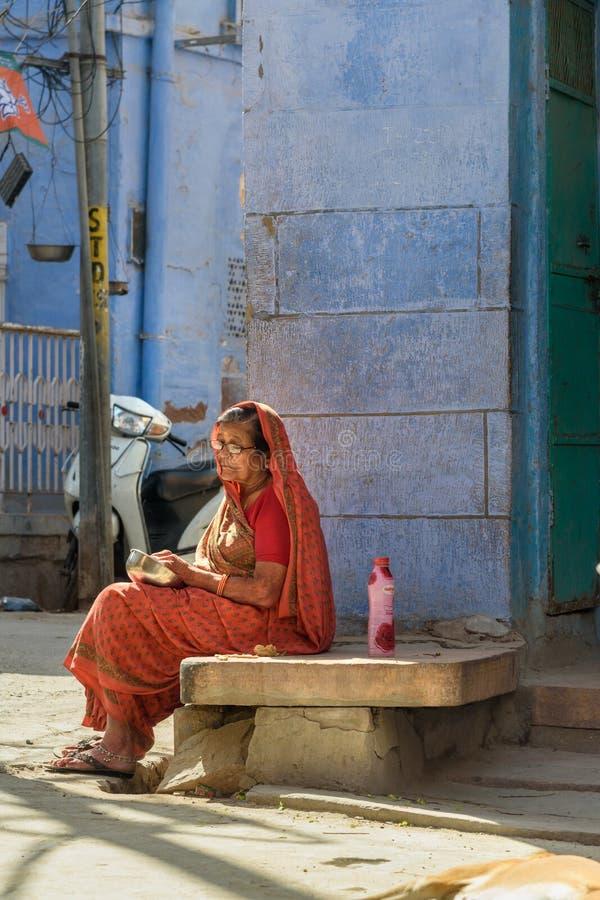 Hög kvinna i traditonalsari på gatan av den blåa staden av Jodhpur Rajasthan india arkivfoto