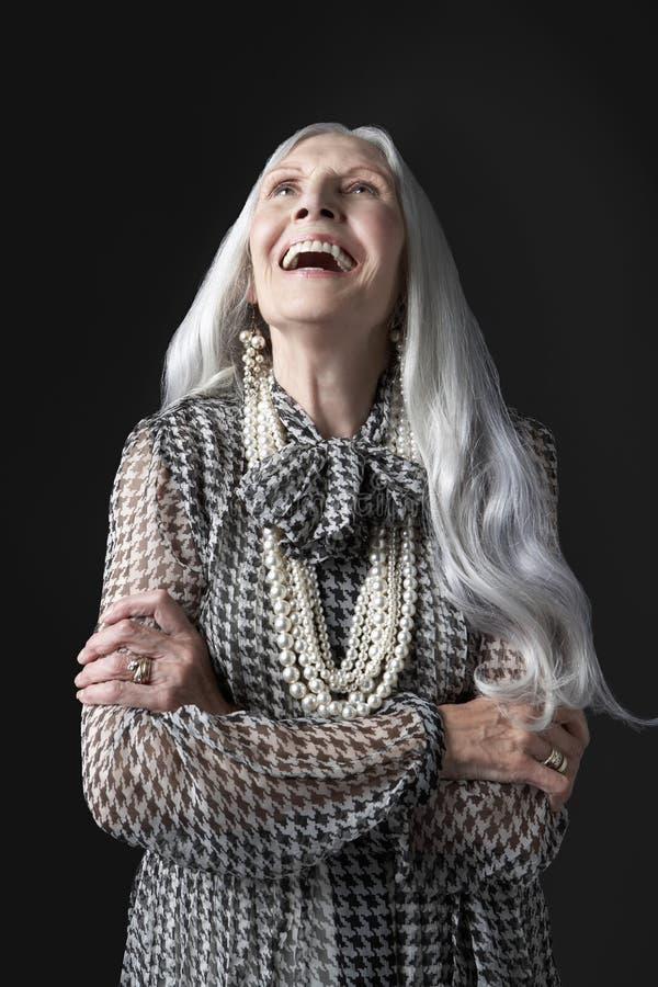 Hög kvinna med armar vikt skratta royaltyfri foto