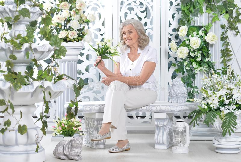 hög kvinna med buketten av vita blommor royaltyfri fotografi