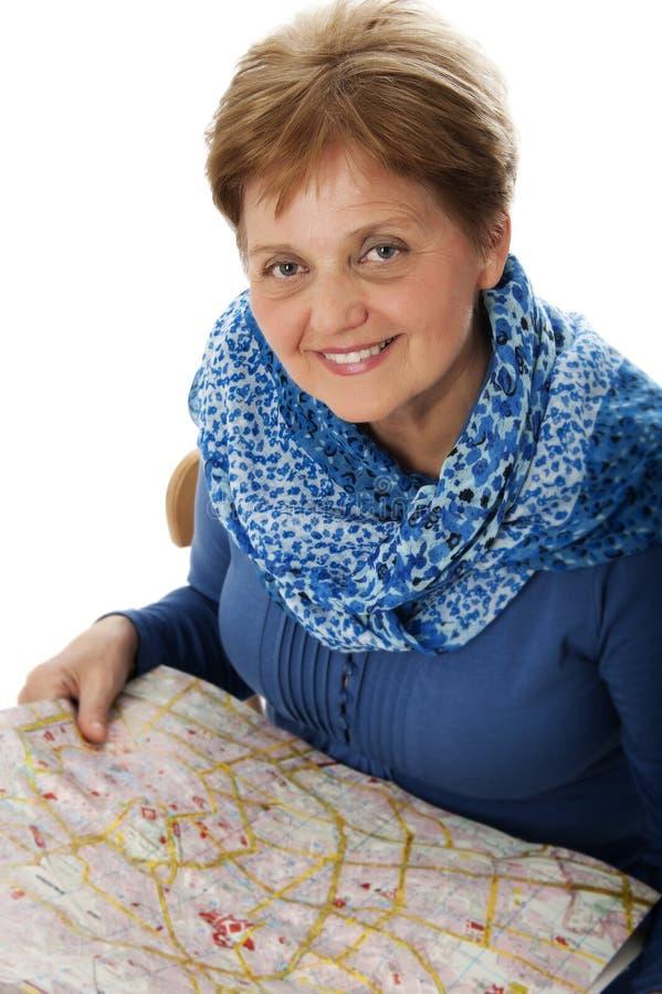 Hög kvinna med en kartlägga fotografering för bildbyråer