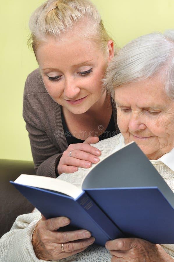 Hög kvinna med henne caregiver. arkivbilder