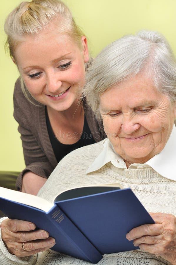 Hög kvinna med henne caregiver. royaltyfria bilder