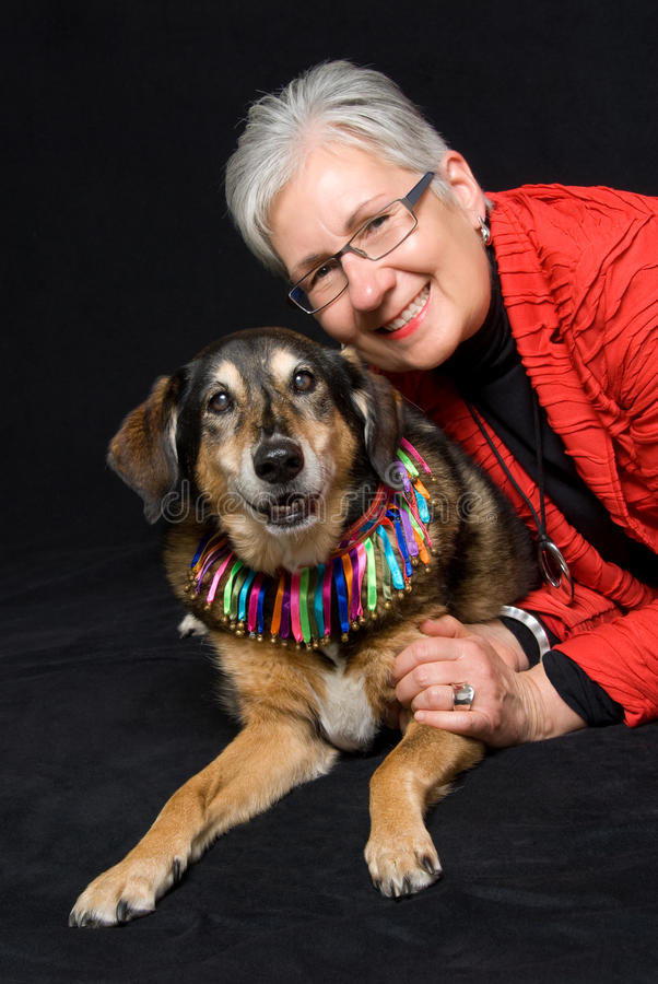 Hög kvinna med hunden arkivbild