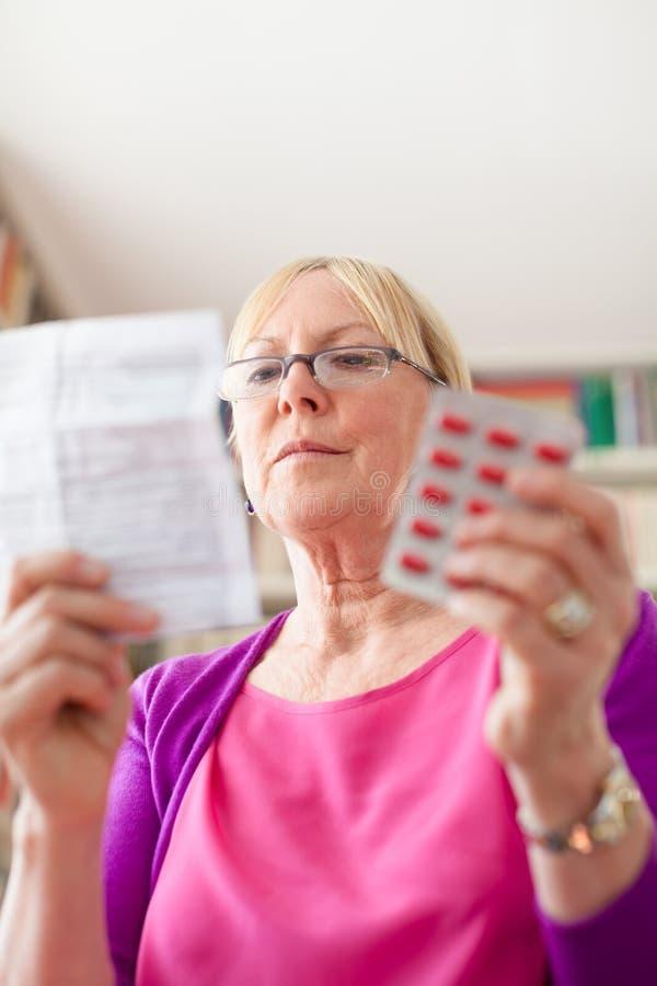 Hög kvinna med pills och recept arkivbild