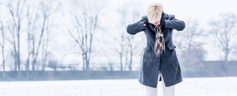 Hög kvinna med sammanbrott i vinter arkivbild