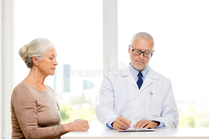 Hög kvinna och doktorsmöte arkivbilder