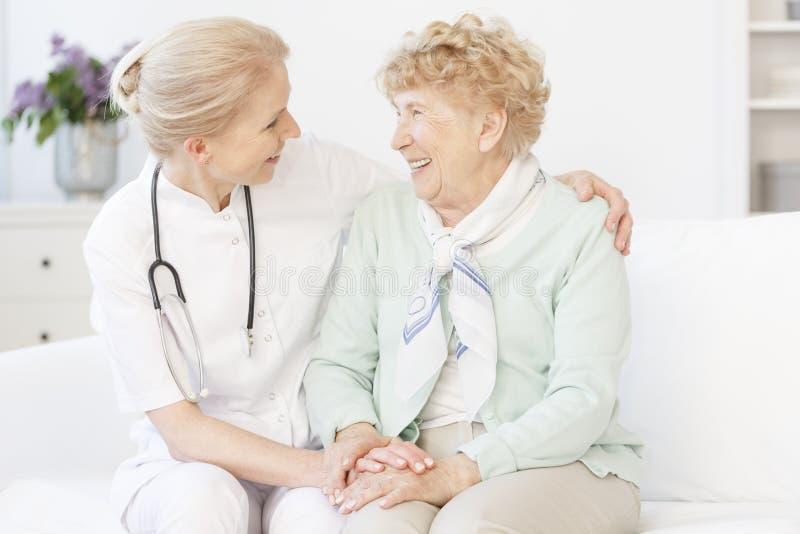 Hög kvinna och lycklig doktor arkivbilder