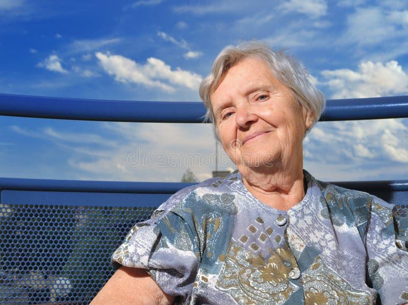 Hög kvinna och lyckligt och smillingende. royaltyfria foton