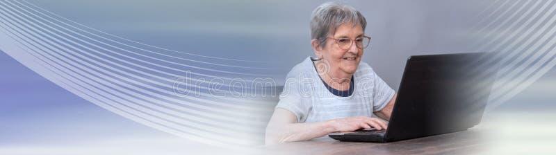 Hög kvinna och ny teknik panorama- baner arkivbilder