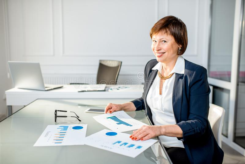 Hög kvinna på kontoret arkivbilder