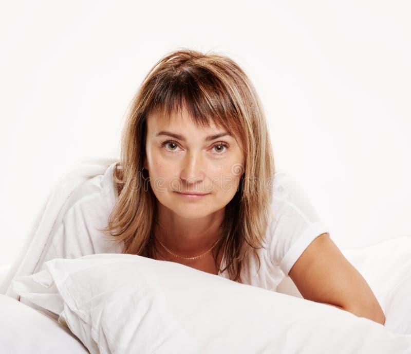Hög kvinna på sängståenden fotografering för bildbyråer