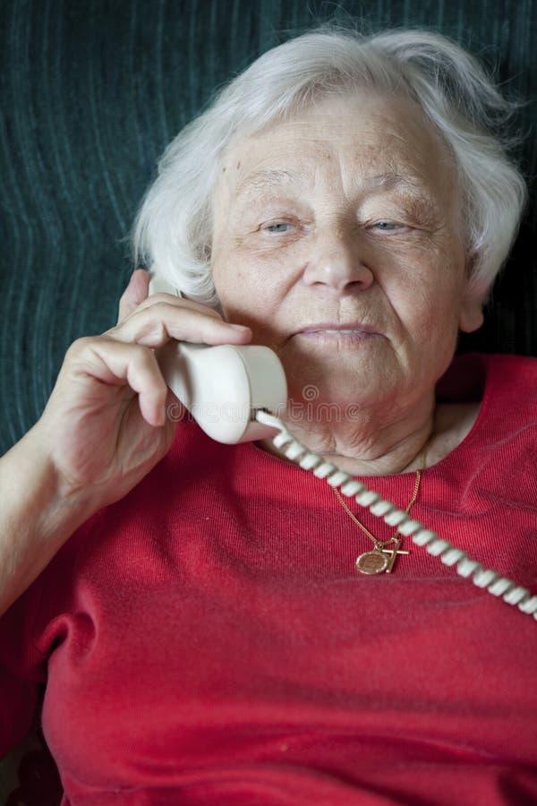 Hög kvinna på telefonen royaltyfri bild