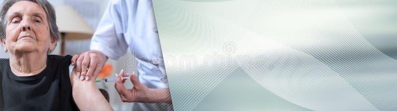 Hög kvinna som får en injektion panorama- baner arkivfoto