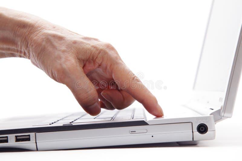 Hög kvinna som fungerar på en bärbar datorcomput royaltyfri bild