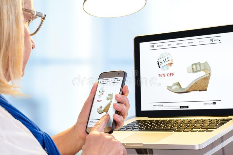 Hög kvinna som gör online-shopping arkivbilder