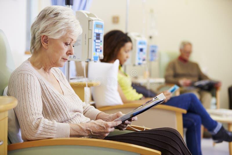 Hög kvinna som genomgår kemoterapi i sjukhus royaltyfri bild