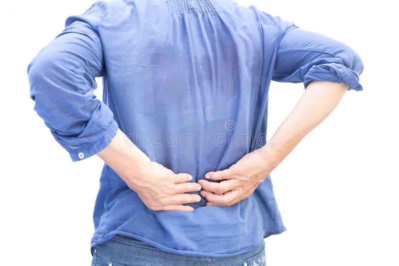 Hög kvinna som har ryggvärk, når att ha arbetat och svett att isoleras arkivbilder