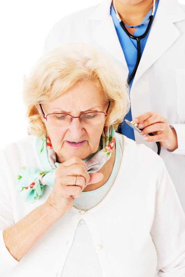 Hög kvinna som hostar medan doktor Examining Her arkivfoto
