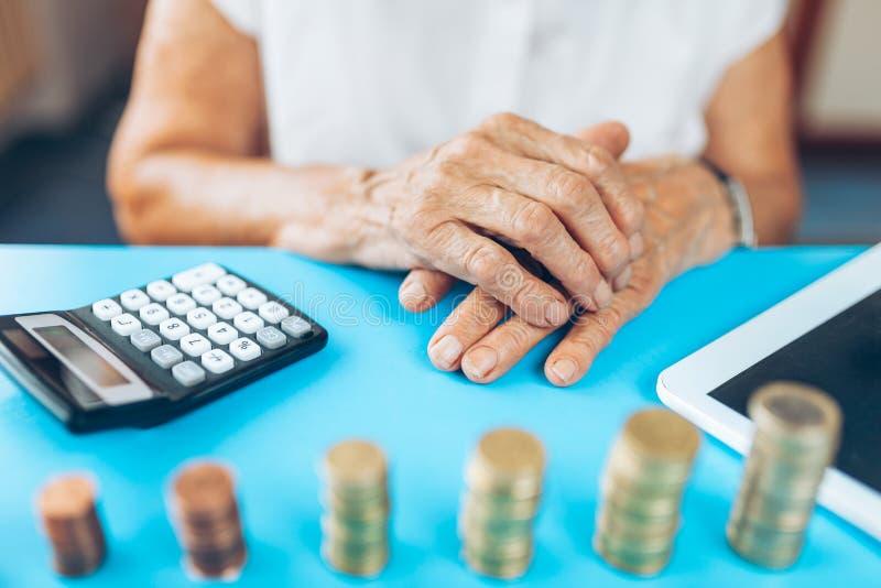 Hög kvinna som kontrollerar henne finanser och invenstments royaltyfri foto