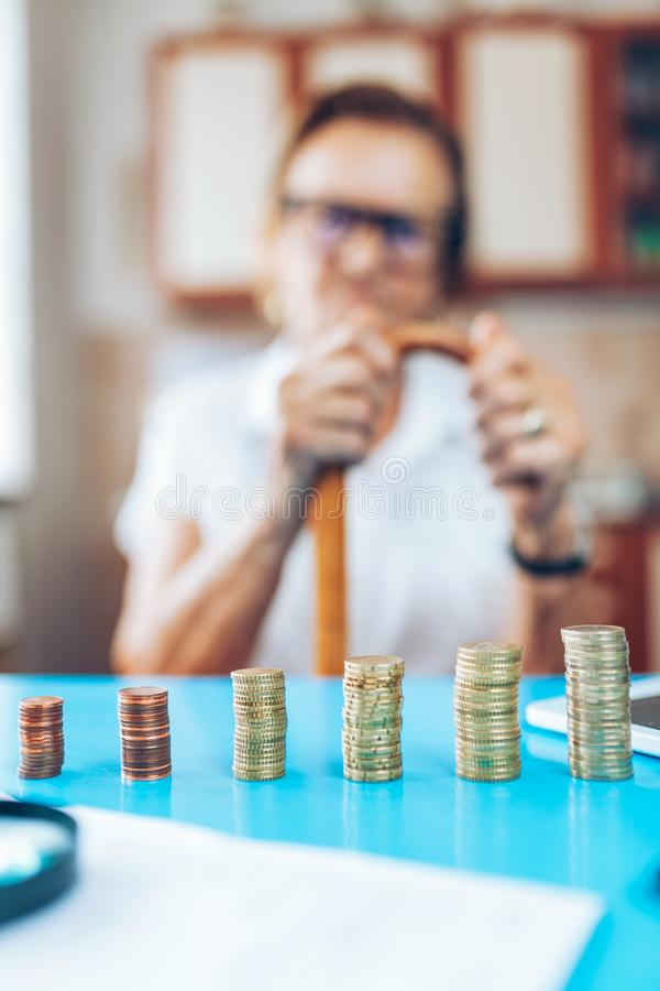 Hög kvinna som kontrollerar henne finanser och invenstments fotografering för bildbyråer