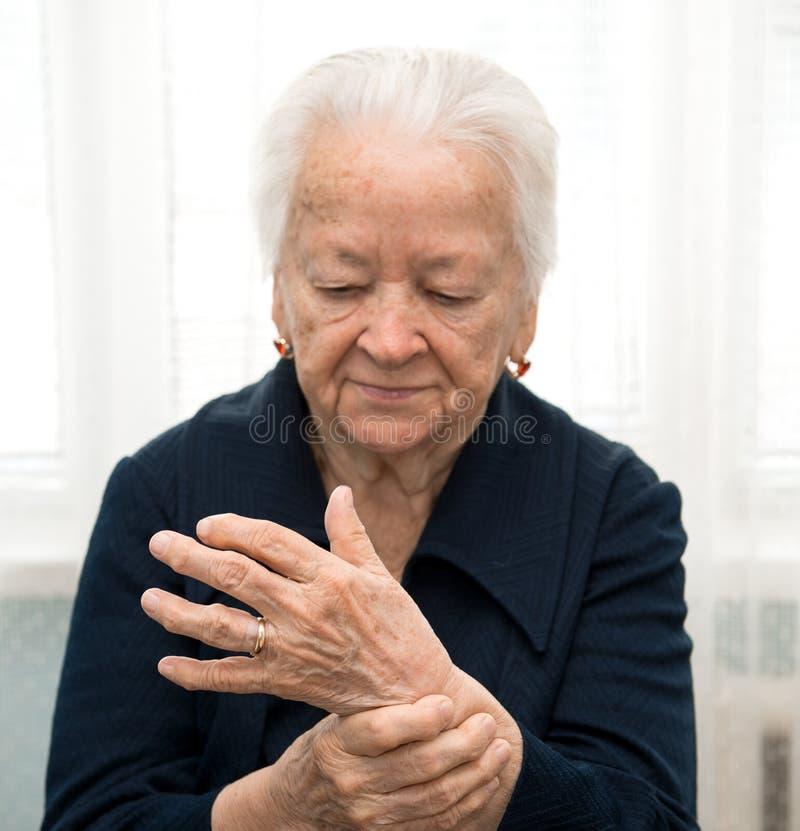Hög kvinna som mäter hennes puls royaltyfri fotografi
