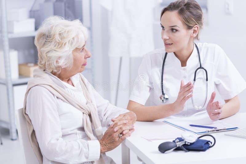 Hög kvinna under medicinska konsultationer arkivfoto