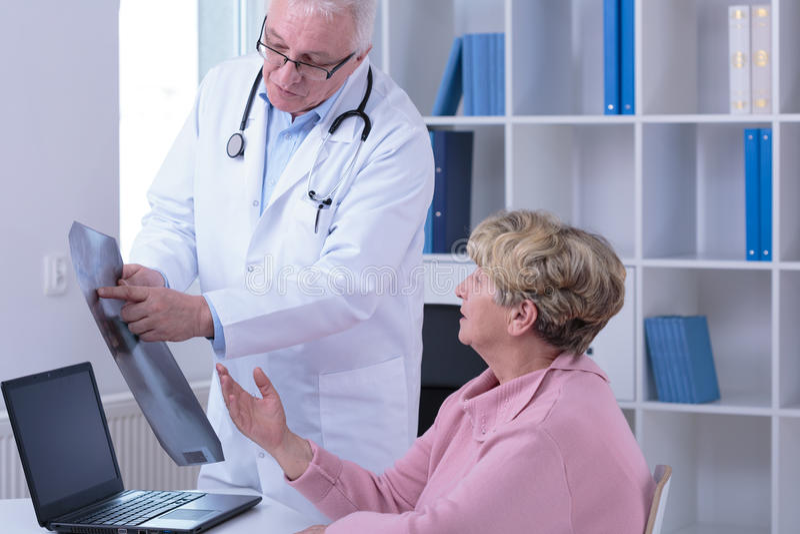 Hög kvinna under medicinskt besök arkivfoton