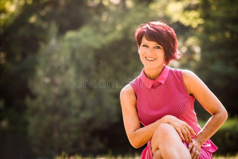 Hög kvinna utanför ståenden fotografering för bildbyråer