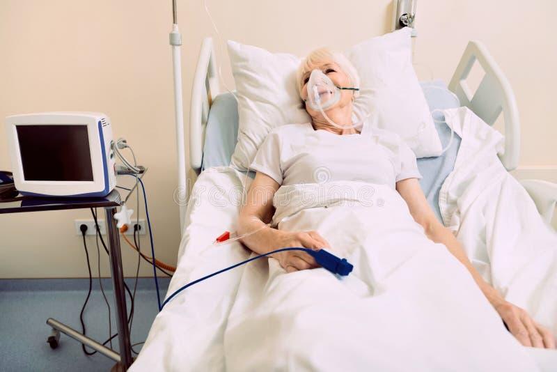 Hög kvinnaandning till och med syremaskering på sjukhuset arkivbilder