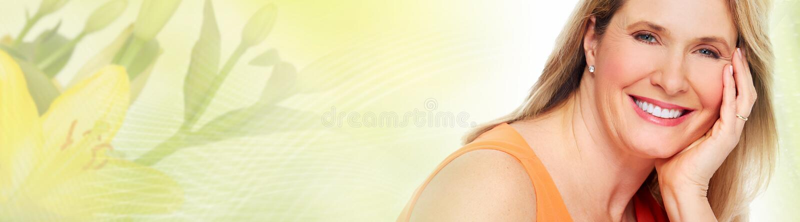 Hög kvinnaframsida över gräsplanabstrakt begreppbakgrund royaltyfria foton