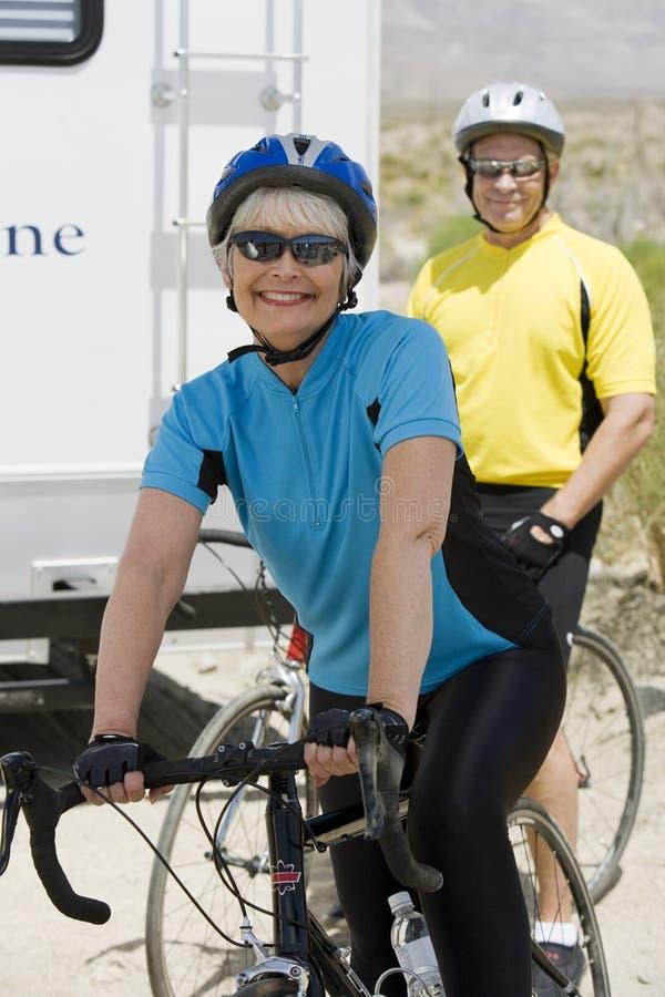 Hög kvinnaridningcykel med mannen i bakgrunden arkivbilder