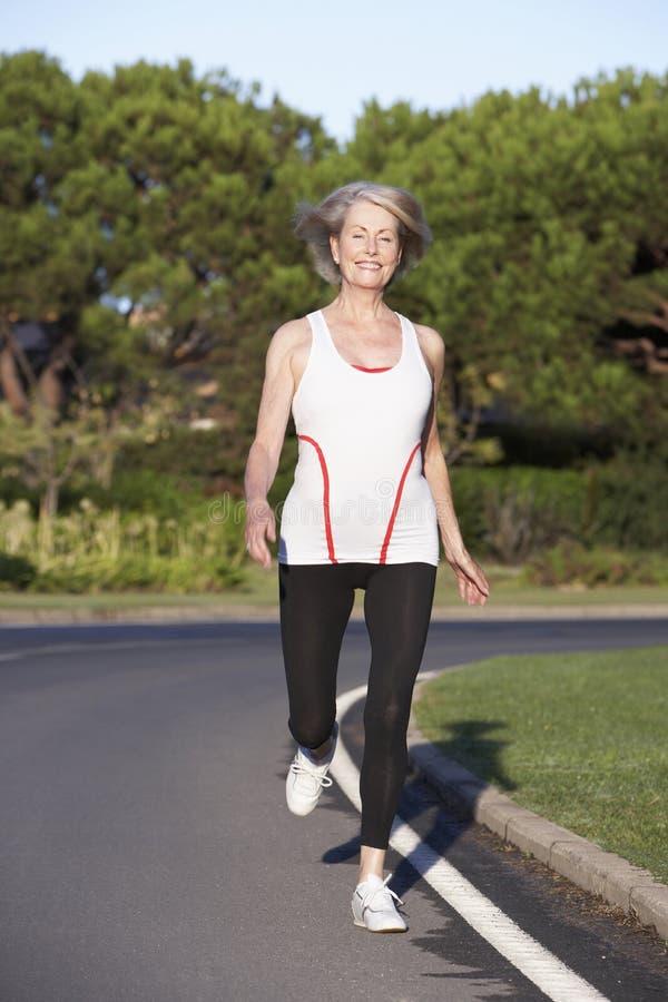Hög kvinnaspring på vägen royaltyfri fotografi