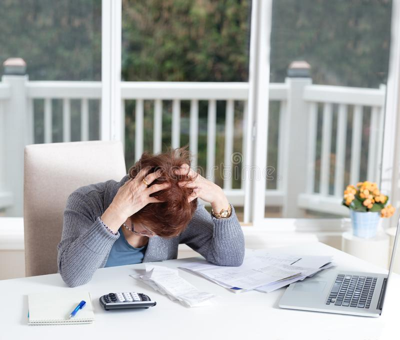 Hög kvinnavisningfördjupning, medan arbeta på hennes finansiella M royaltyfri foto