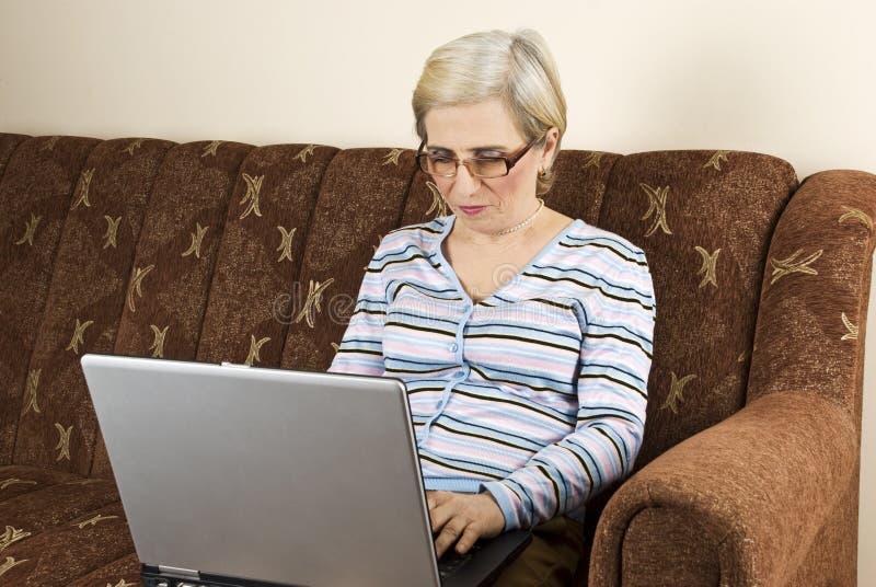 hög kvinnaworking för bärbar dator arkivfoto