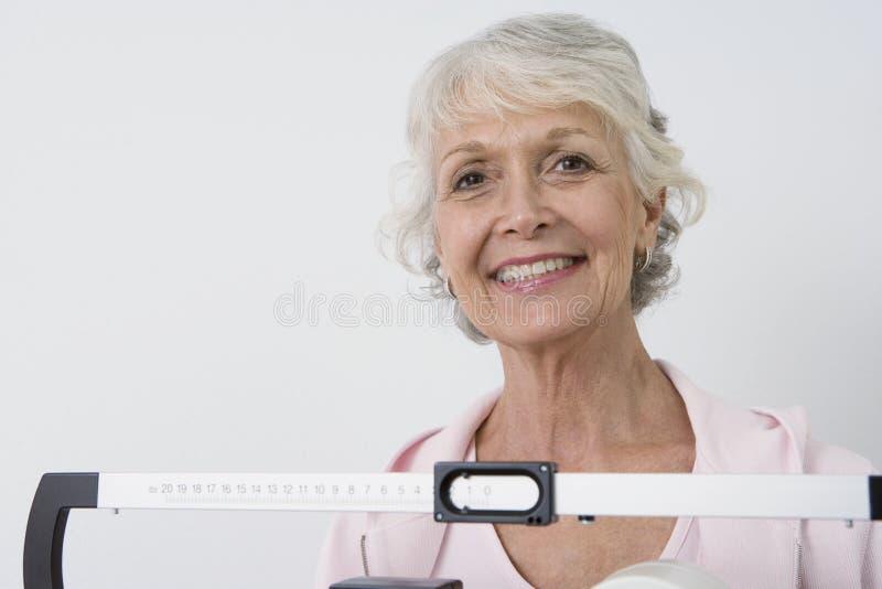 Hög kvinnlig patient med viktskalan fotografering för bildbyråer