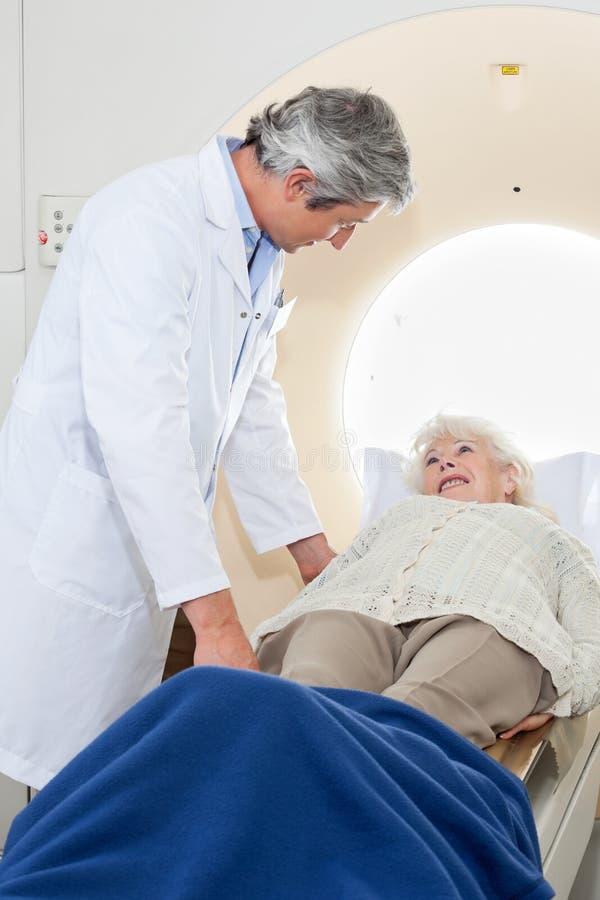 Hög kvinnlig som har MRI-bildläsning royaltyfri fotografi