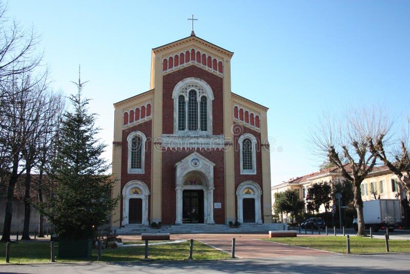 Hög kyrka som ses från yttersidan arkivfoto